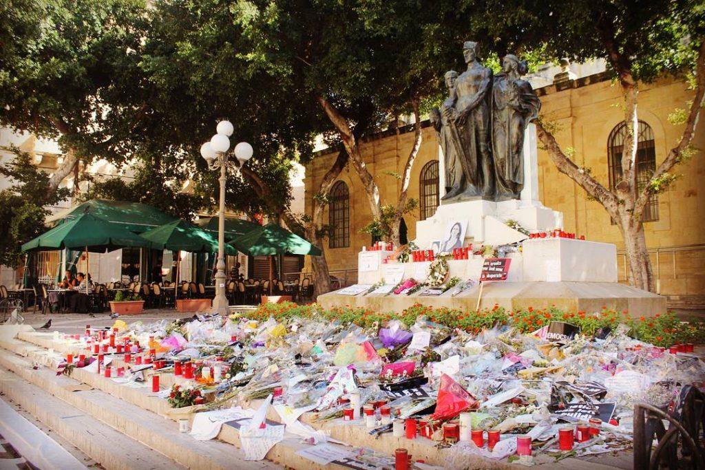 Flori și lumânări pentru Daphne Caruana Galizia