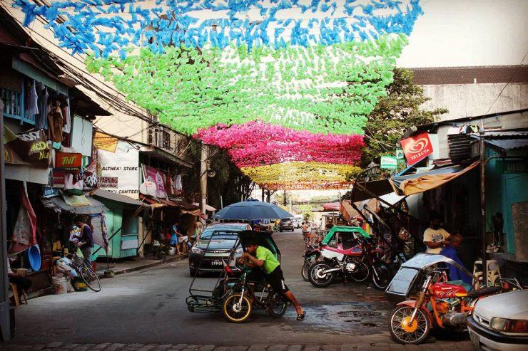 Străduță din Manila decorată cu pungi, în Intramuros