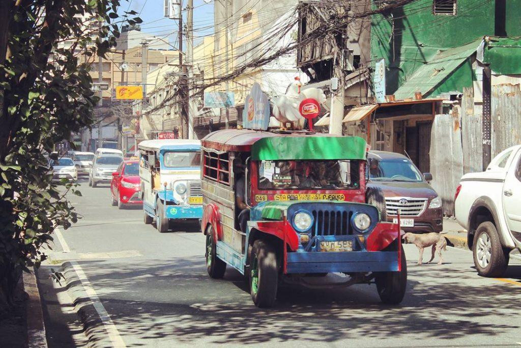 Jeepney colorat de Manila