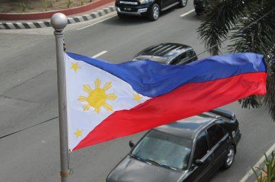 Steagul filipinez. Când este declarată starea de război, banda roșie trece în partea de sus.