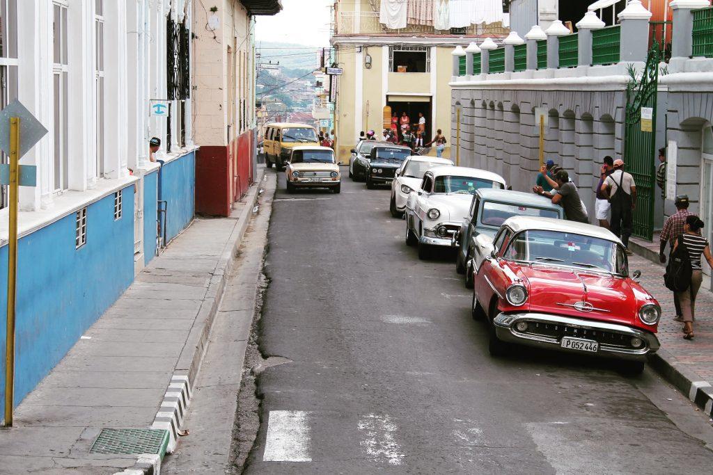 Mași clasice parcate în apropiere de Parcul Cespedes
