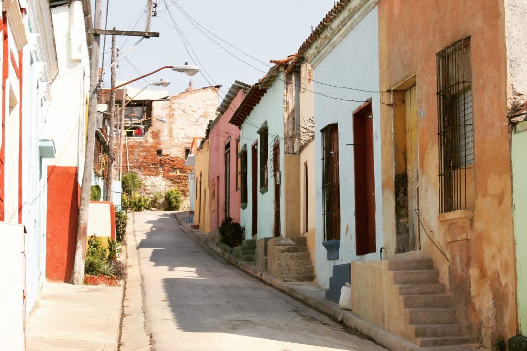 Clădirile sunt colorate peste tot în Cuba