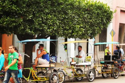 Triciclete în gara de la Camaguey