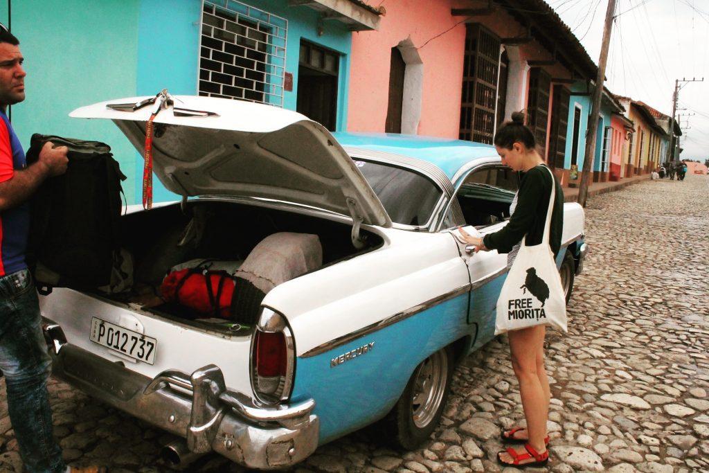 Ajungem în Trinidad corespunzător, într-un Mercury albastru