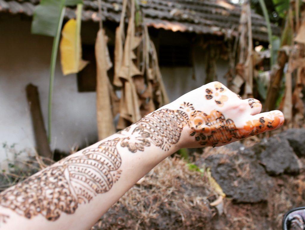 Henna în curs de uscare