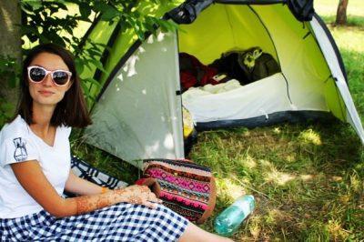 La ușa cortului, în Blaj. Pe șî în mâini am steluțe și mandale,