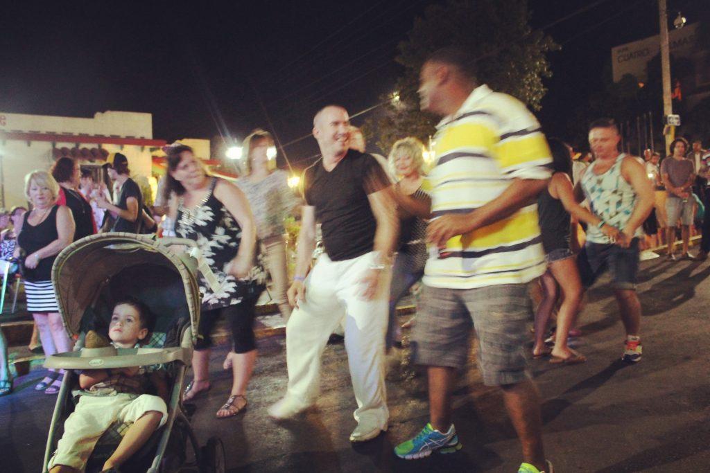 Petrecerea se mută în stradă