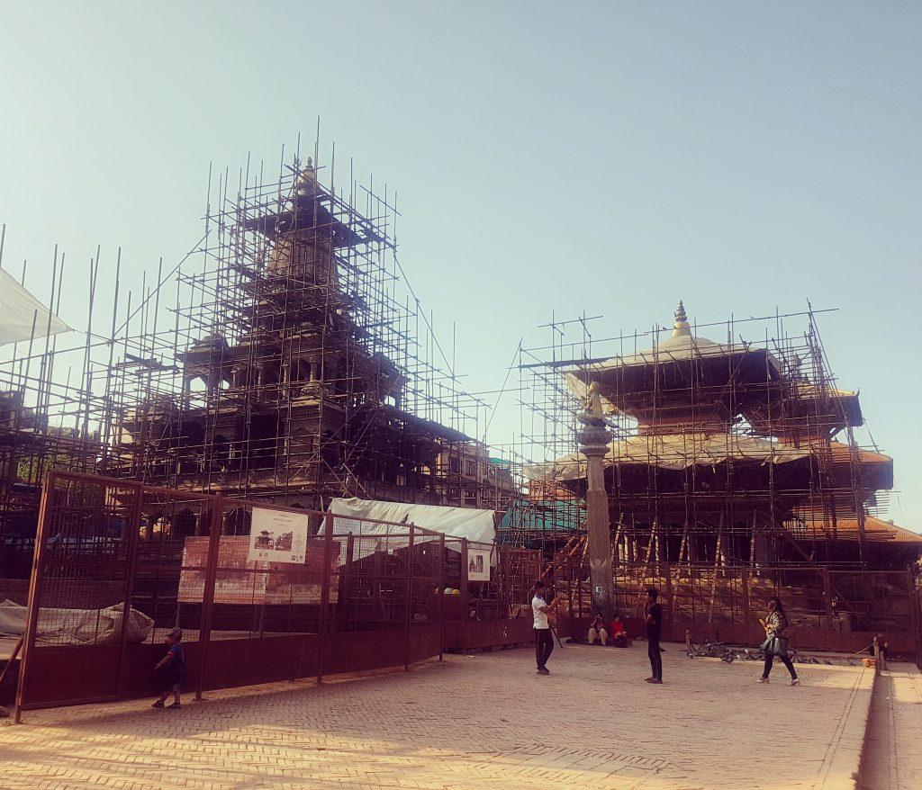 Și în Durbar Square-ul din Patan se construiește intens