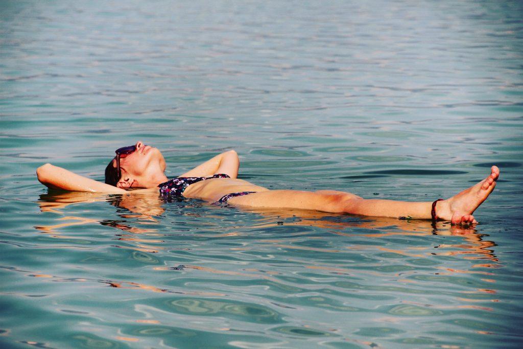Plutind în Marea Moartă
