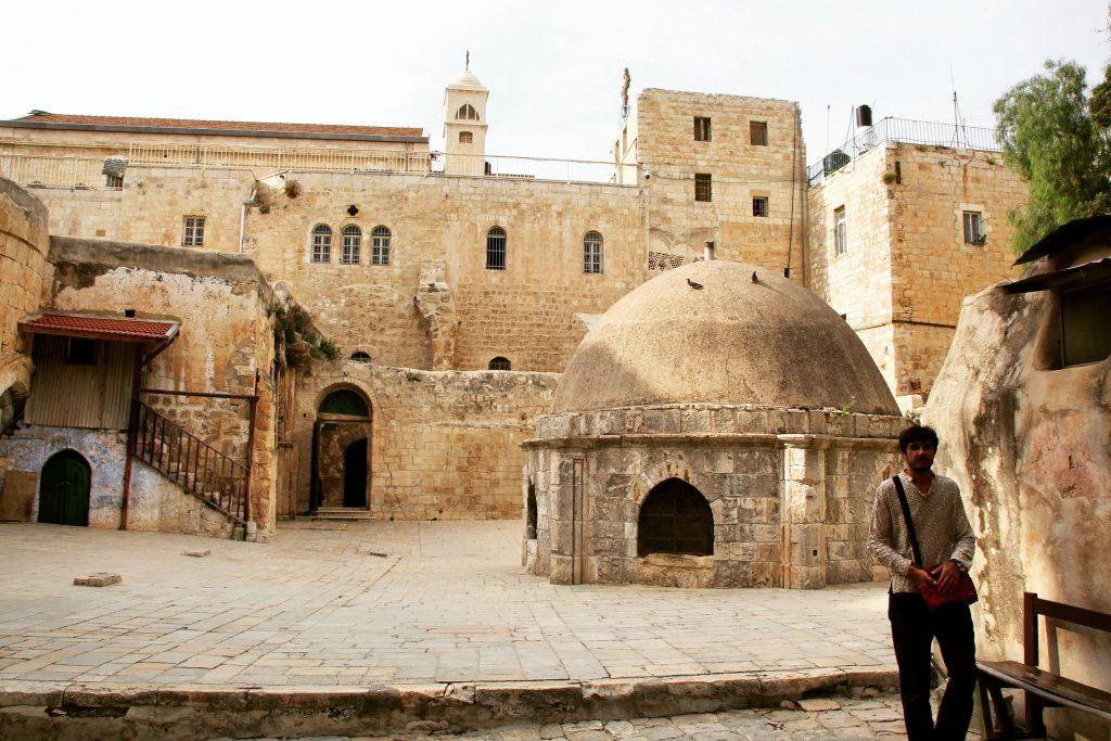 Pe acoperișul Bisericii Sfântului Mormânt, Ierusalim