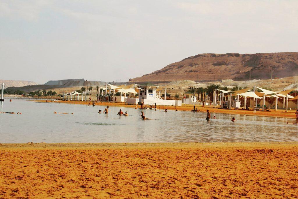 Nisip gălbui și apă sărată