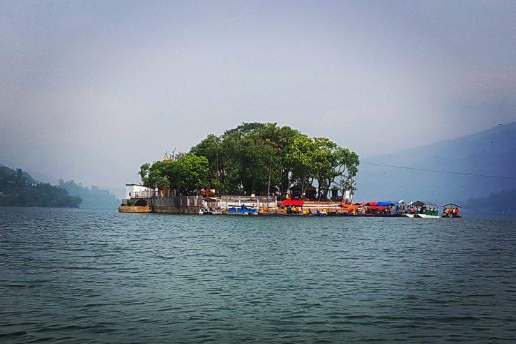 Templul Tal Barahi construit pe mica insulă din Phewa Lake