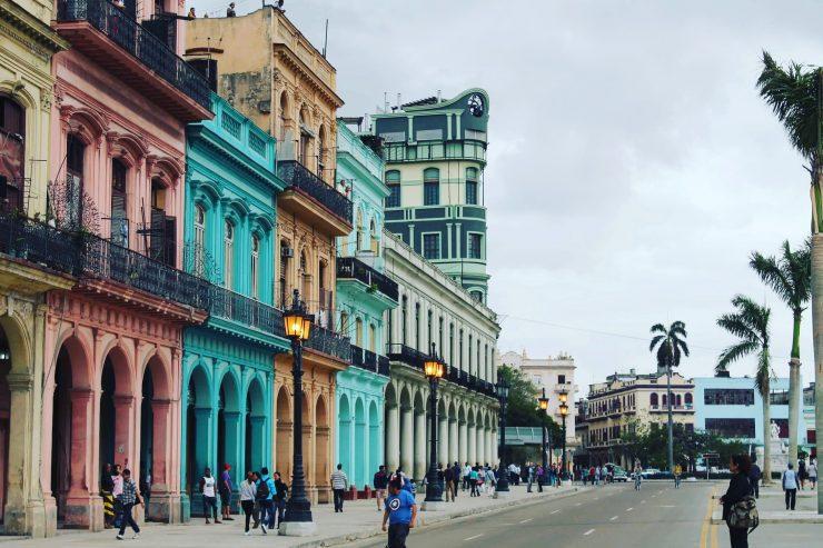 Clădirile coloniale, în culori de bomboane, pot fi cu ușurință un simbol pentru Havana.