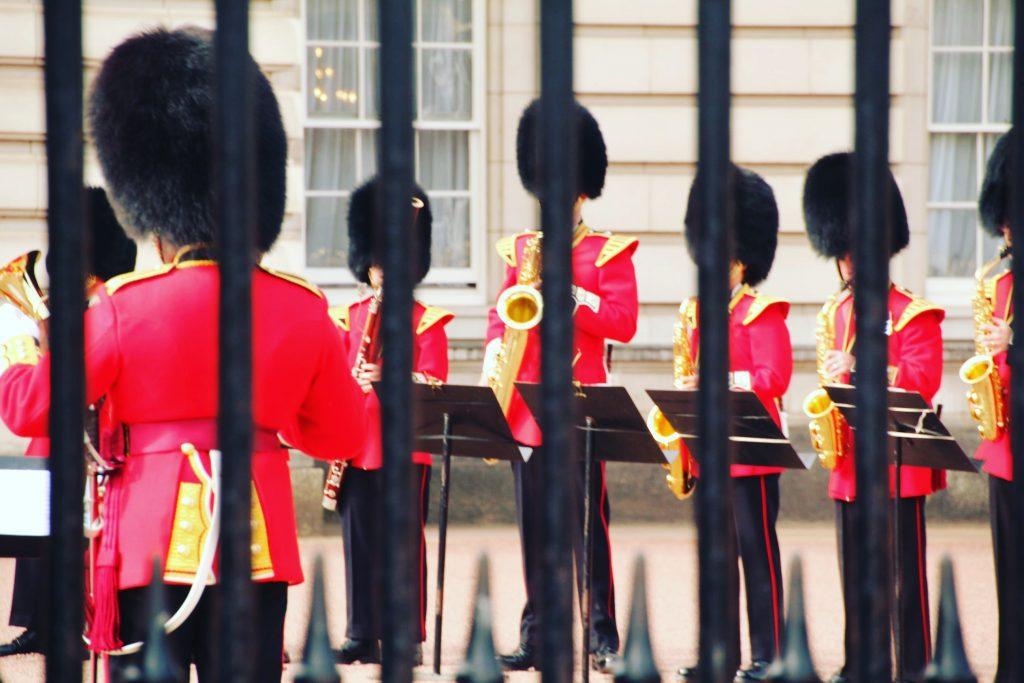 Gardienii printre gratii | Buckingham