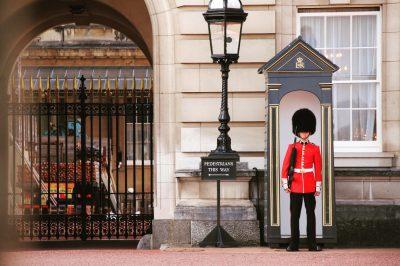 Căciuli păroase la Palatul Buckingham