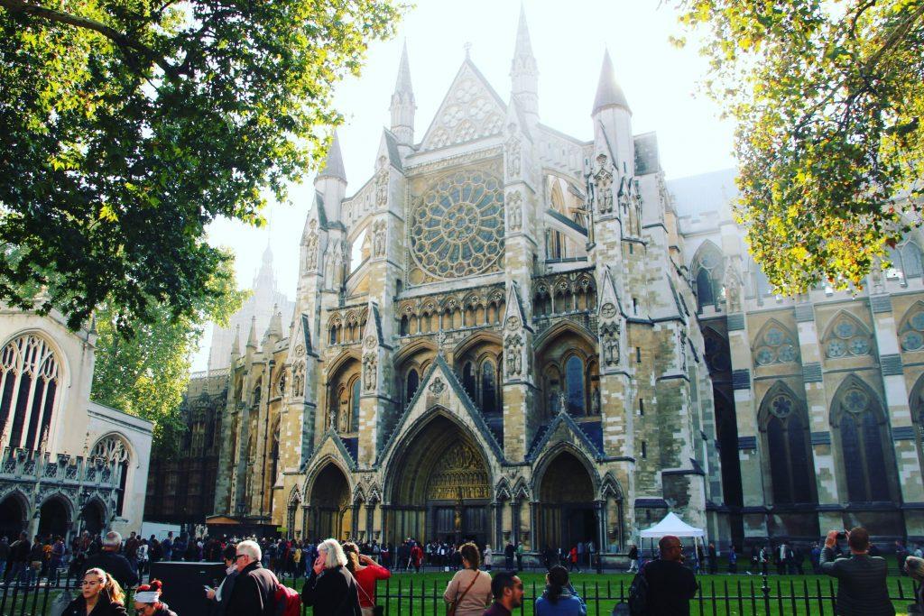 Sir Isaac Newton, Charles Dickens, Rudyard Kipling sunt înmormântați la Westminster Abbey