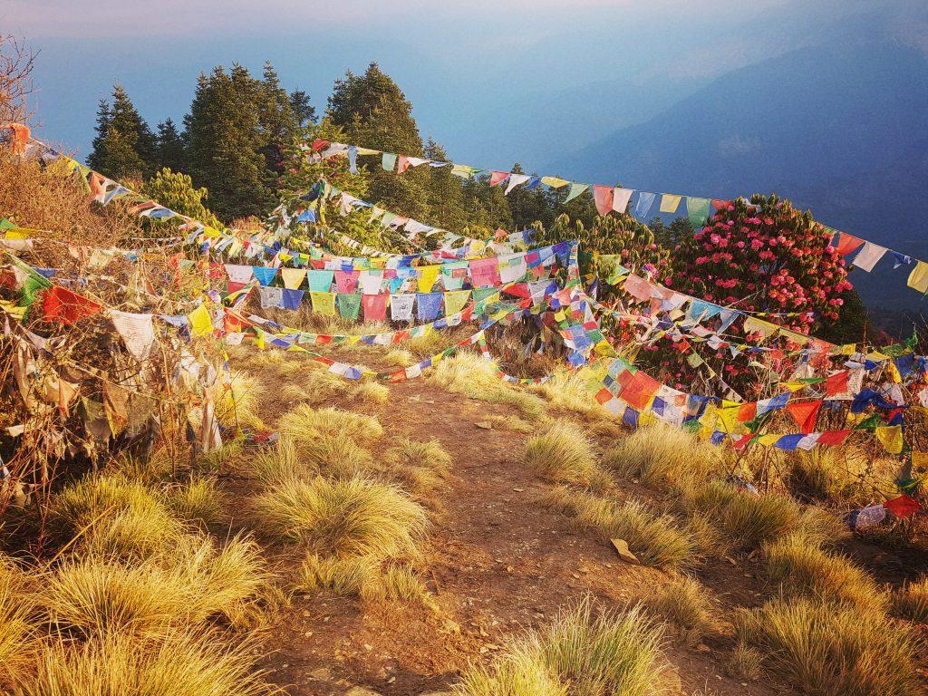 Poon Hill. Steagurile tibetane sunt inscripționate cu mantre și aduc noroc. Când vântul bate, țesătura se destramă și rugile se împrăștie în lume.