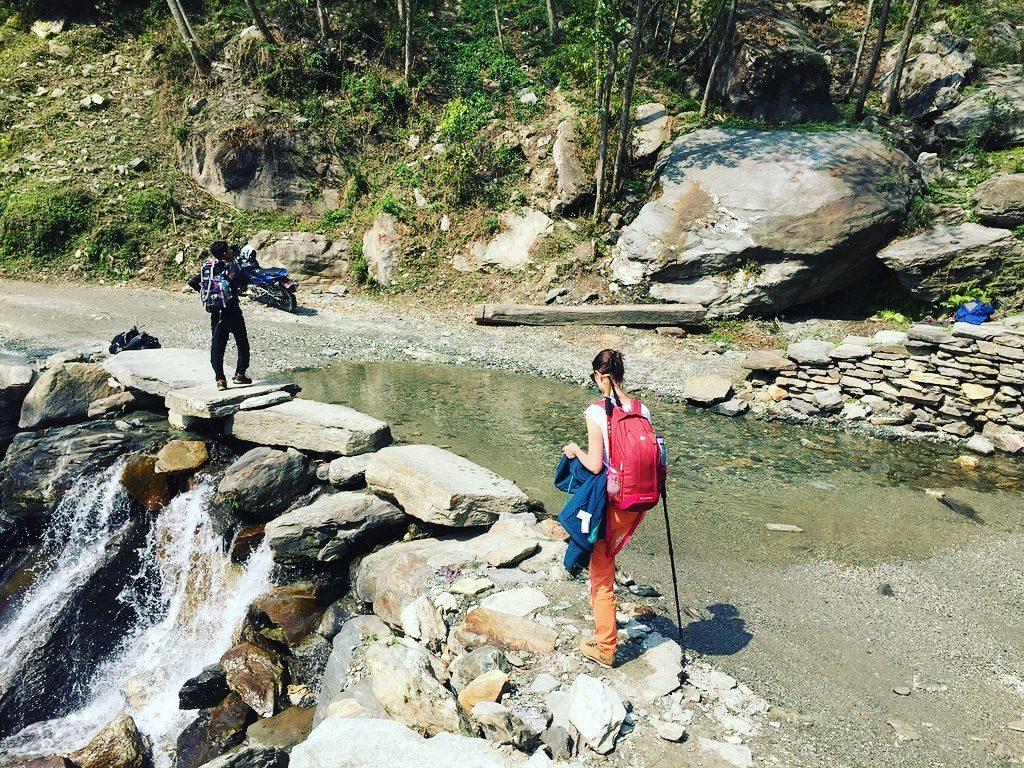 O cascadă mică trece râul
