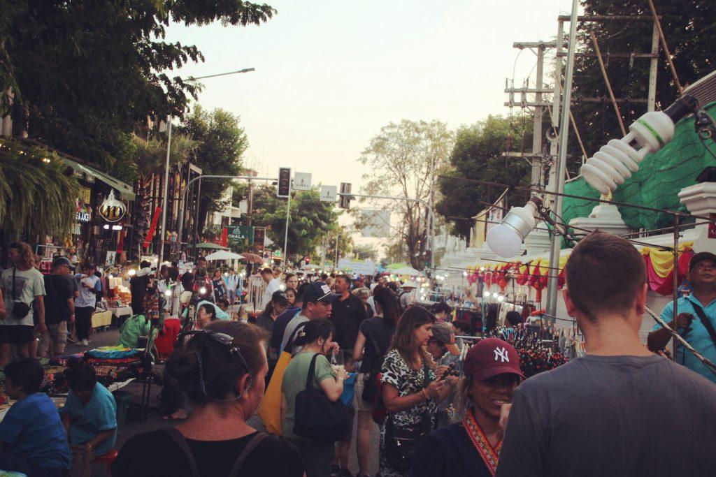 Mulțime de oameni la Sunday Walking Street