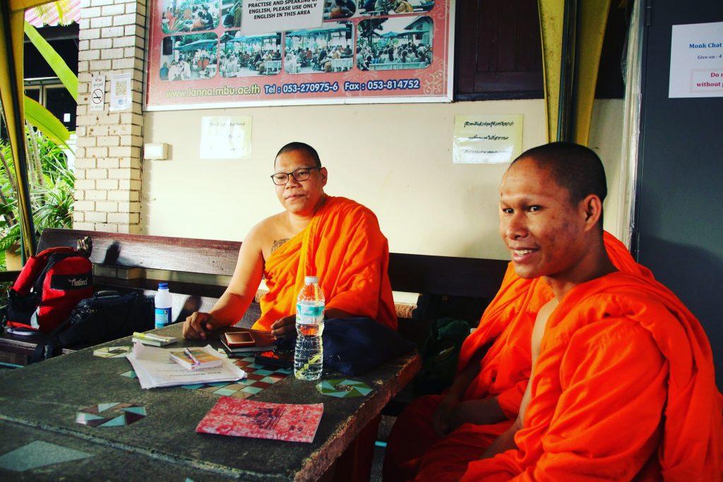 De vorbă cu călugării la Wat Chedi Luang
