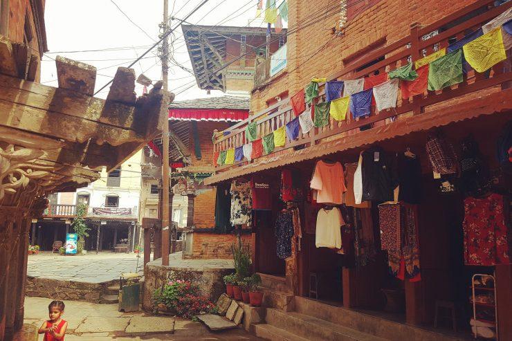 Căsuțe de cărămizi și steaguri colorate, Bandipur