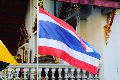 Steagul thaialandez face referire a 3 lucruri importante pentru acest popor - pământul, religia, monarhia.