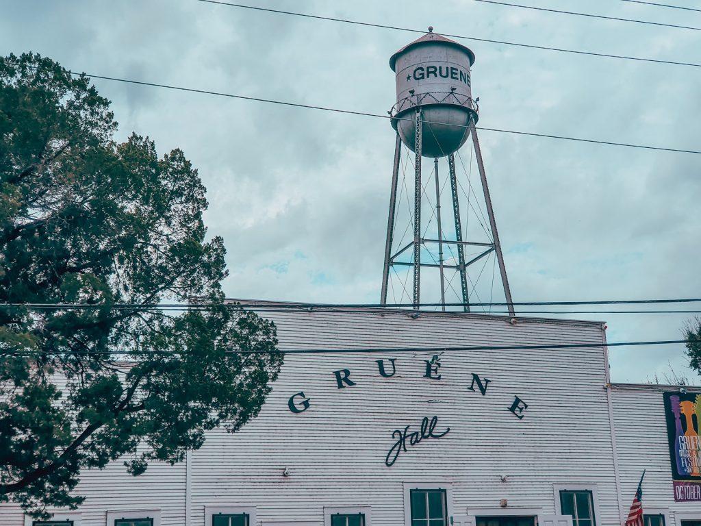 Gruene, unde încing texanii dansuri și ascultă country.