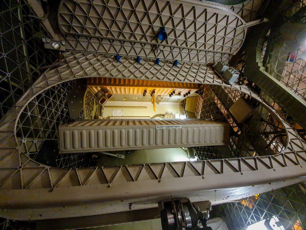 Astronauții pot dormi în orice poziție. Totuși, trebuie să se atașeze de ceva pentru a nu pluti haotic și a se lovi de ceva. Echipajele stației spațiale dorm de obicei în saci de dormit, aflați în mici containere.