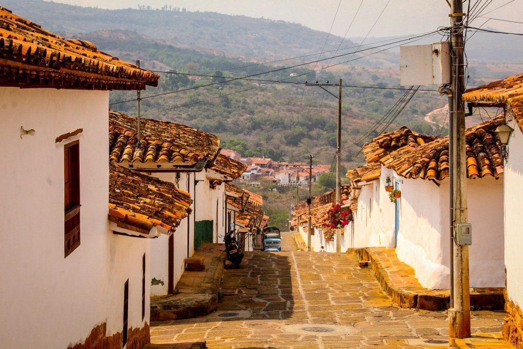 Străzi pavate, clădiri albe și acoperișuri roșiatice