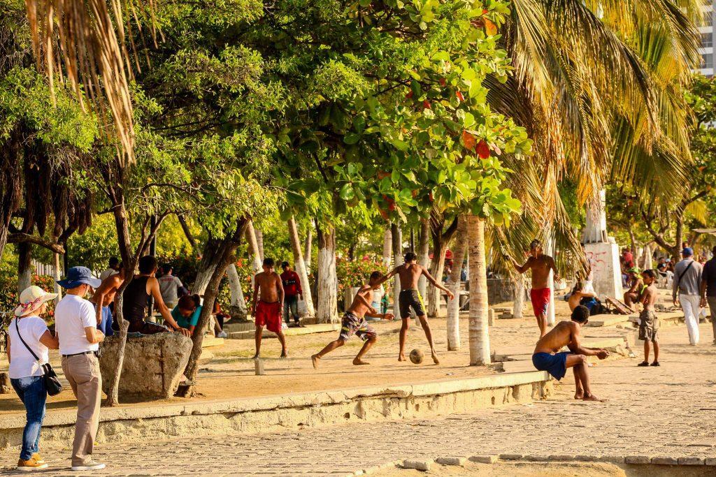 Un clasic al Americii de Sud - fotbal la asfințit, pe plaja din Santa Marta.