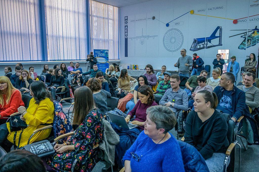 Suntem destul de mulți particianți la seminar.