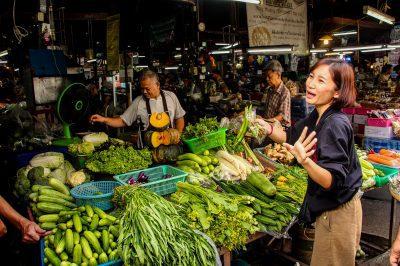Cursurile de gătit din Thailanda încep cu o vizită la piață.