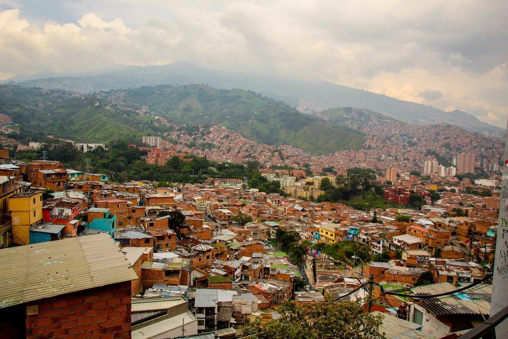 Acum locuitorii din Comuna 13 nu se mai tem să iasă pe străzi