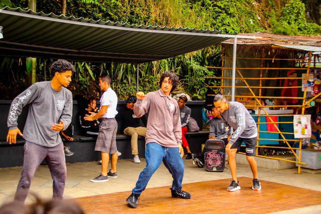 Se dansează mult pe străduțele din Comuna 13