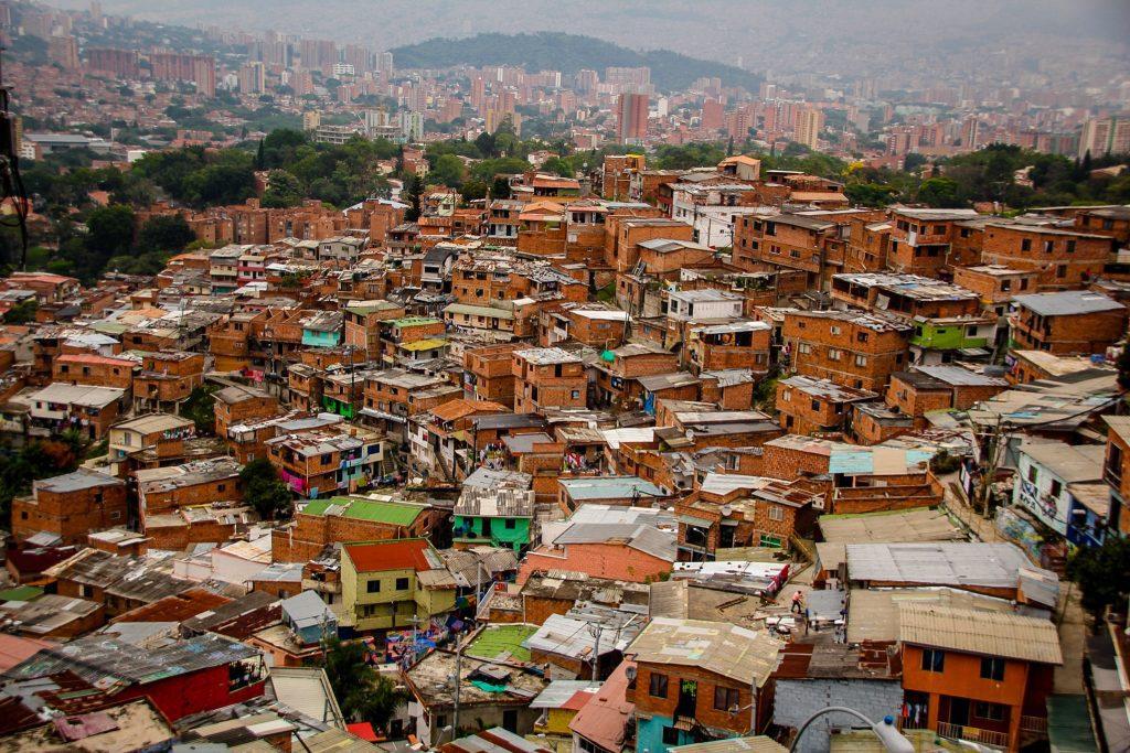 Deși mai solide acum, căsuțele tot par construite unele peste altele | Comuna 13, Columbia