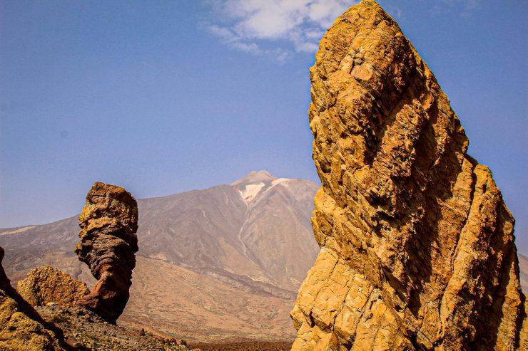 Roque Cinchado și El Teide, în fundal