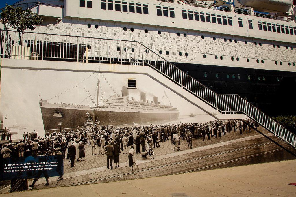 Intrarea este decorată cu o fotografie de la primul voiaj făcut de Queen Mary