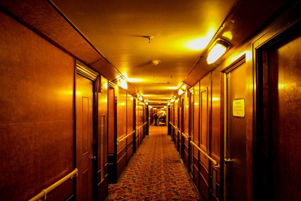 Ai voie să te plimbi pe holurile hotelului, dar în liniște