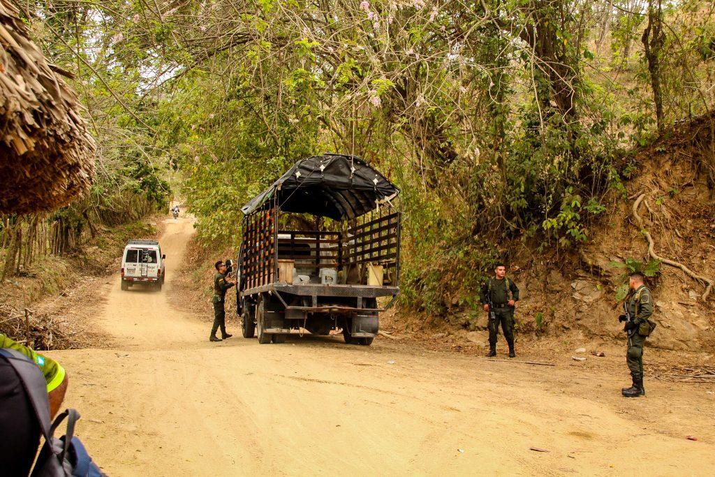 Militarii înarmați sunt distribuiți pe tot traseul