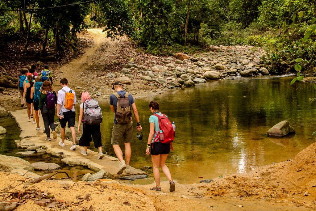 Când nivelul apei este ridicat, treci direct prin râu.
