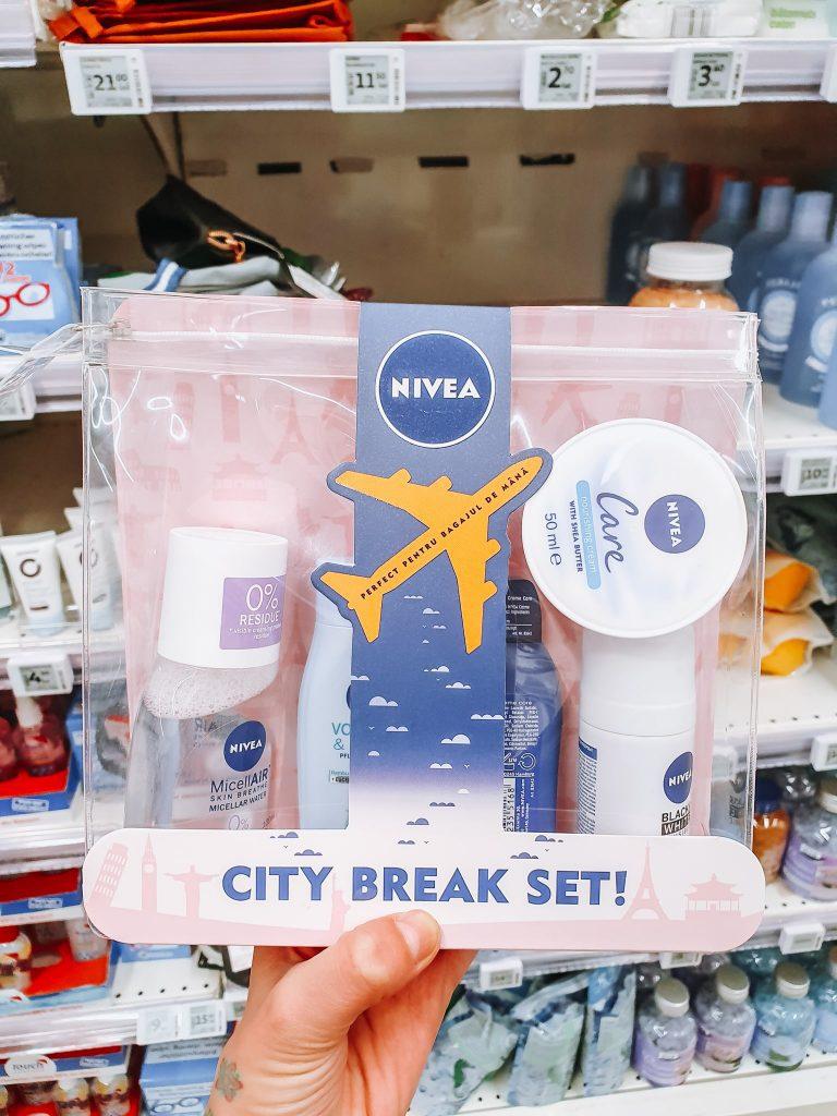 Iar la Auchan am găsit chiar un kit special creat pentru călătorii.