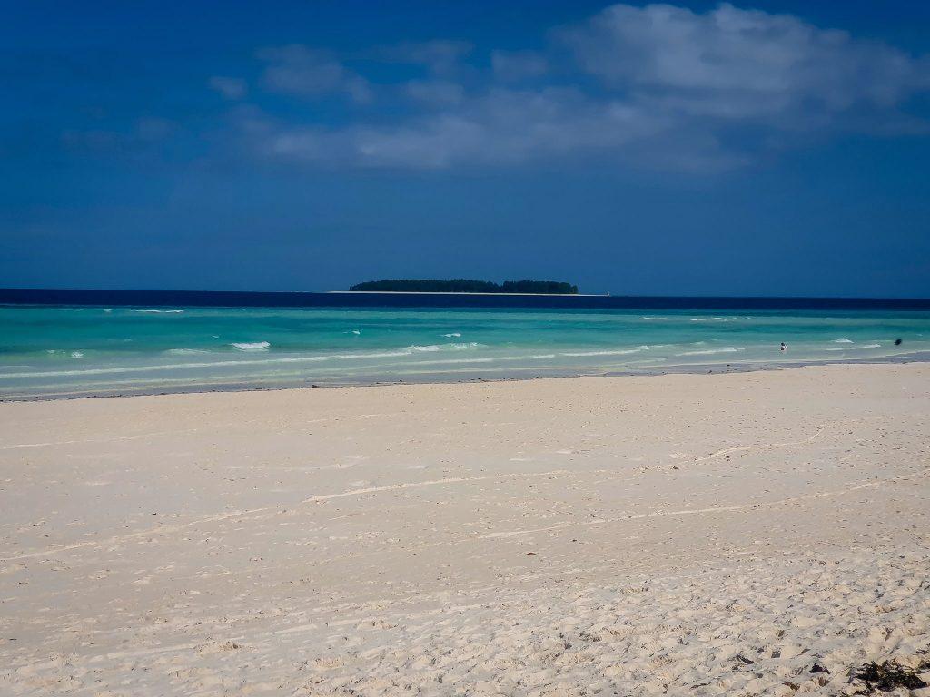 Mnemba Island, în depărtare