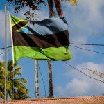 Steagul Zanzibarului este o combinație între fostul steag al insulei și actualul steag al Tanzaniei: verde de la vegetație, negru de la culoarea oamenilor, albastru de la ocean și galben - zăcămintele.