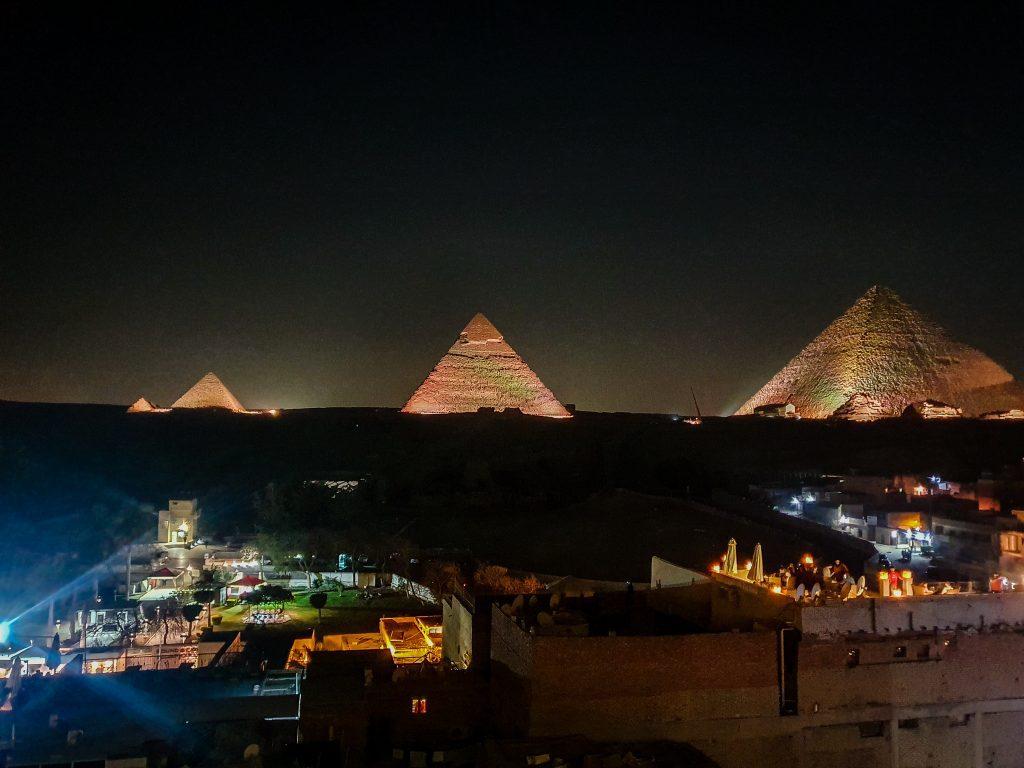 De pe terasă, poți urmări și spectacolul de lumini al piramidelor