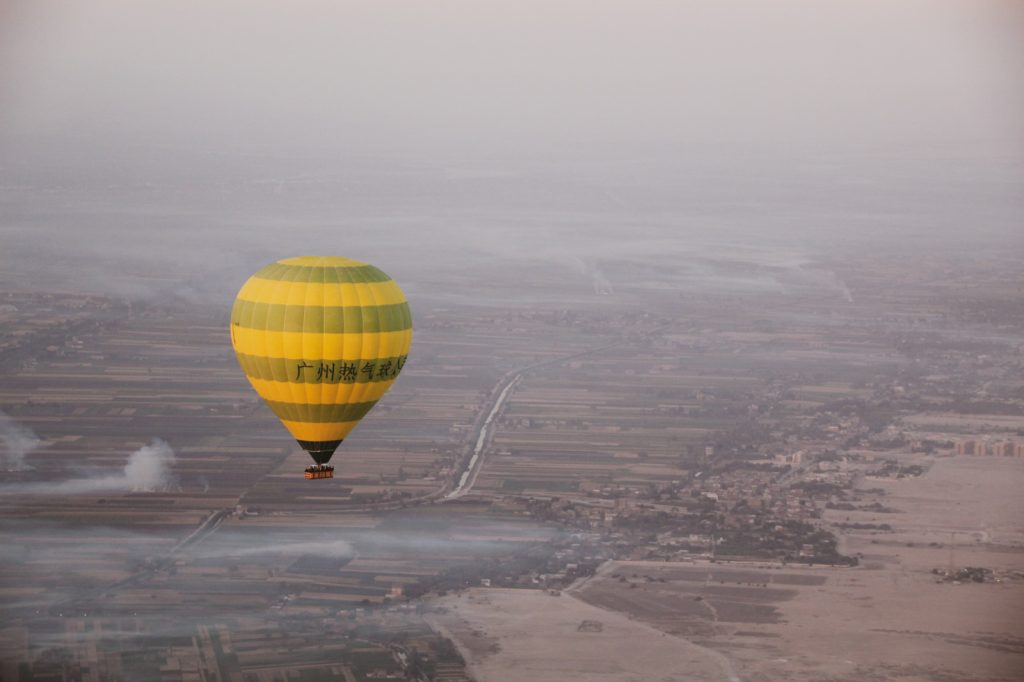 Baloane cu aer cald deasupra Luxorului