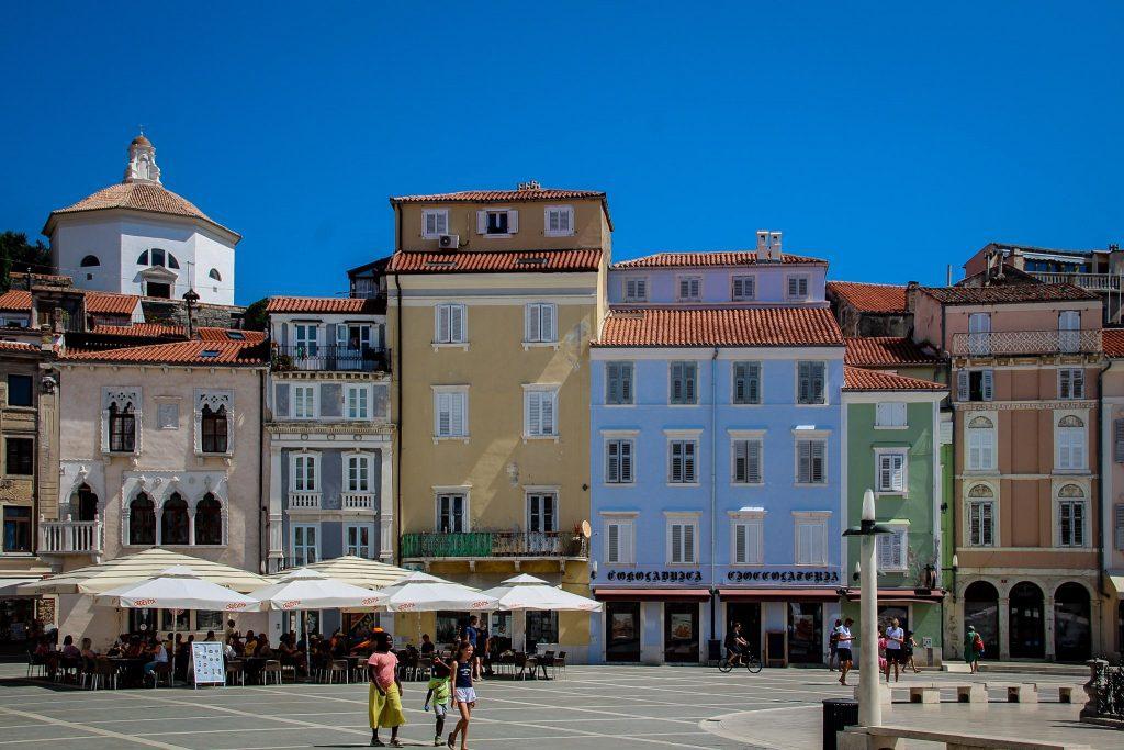 Clădirea roz, din colț, este Casa Venețiană